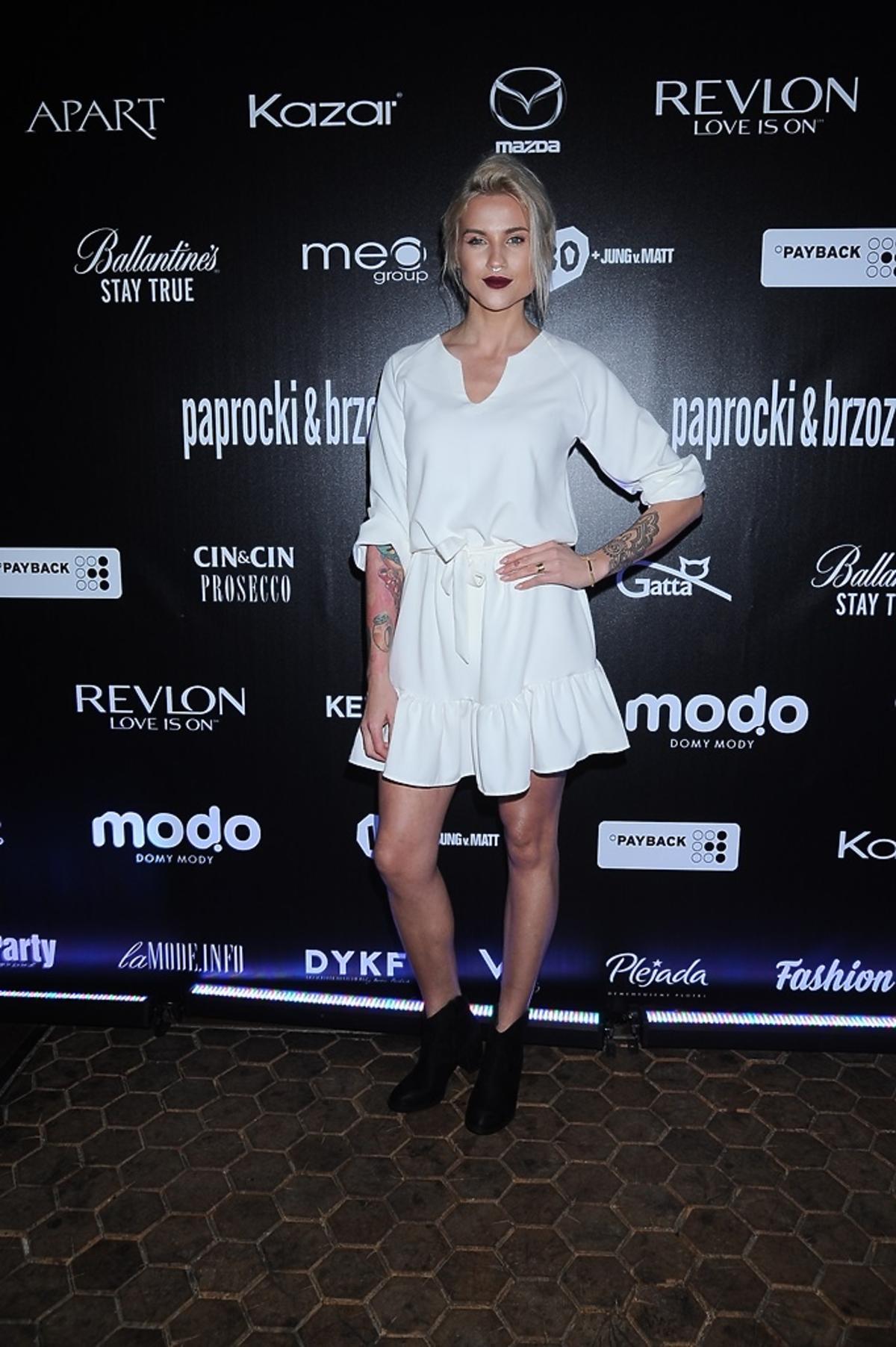 Karolina Gilon w białej sukience