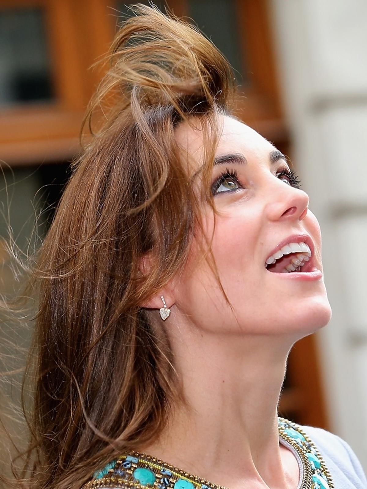 księżna Kate w szarej sukience