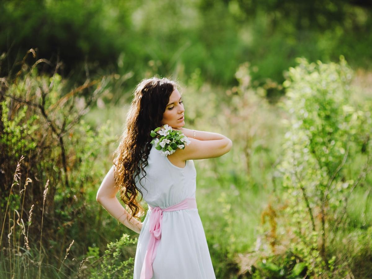 kobieta w sukience na łące