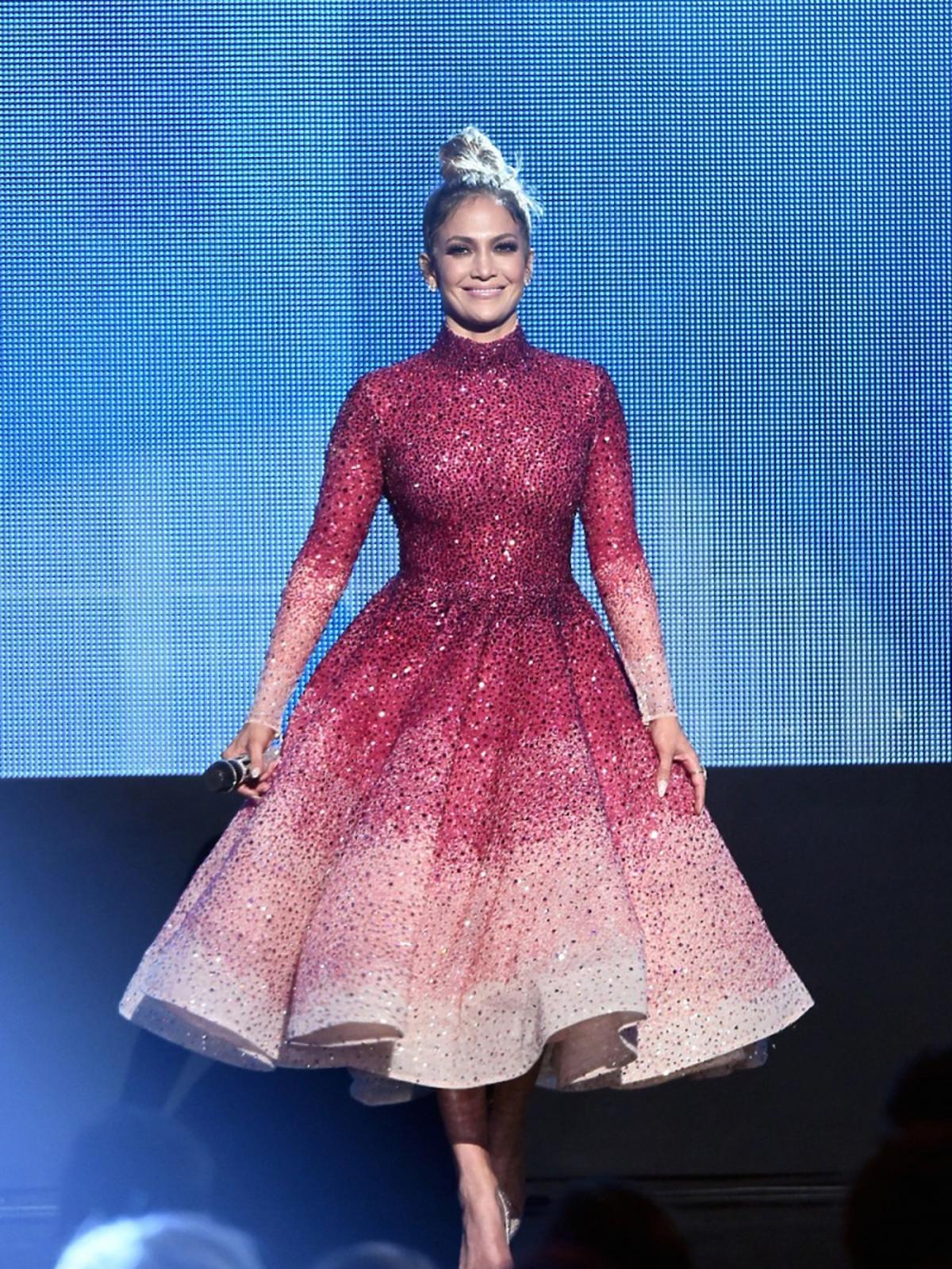 Jennifer Lopez w czerwonej błyszczącej sukience