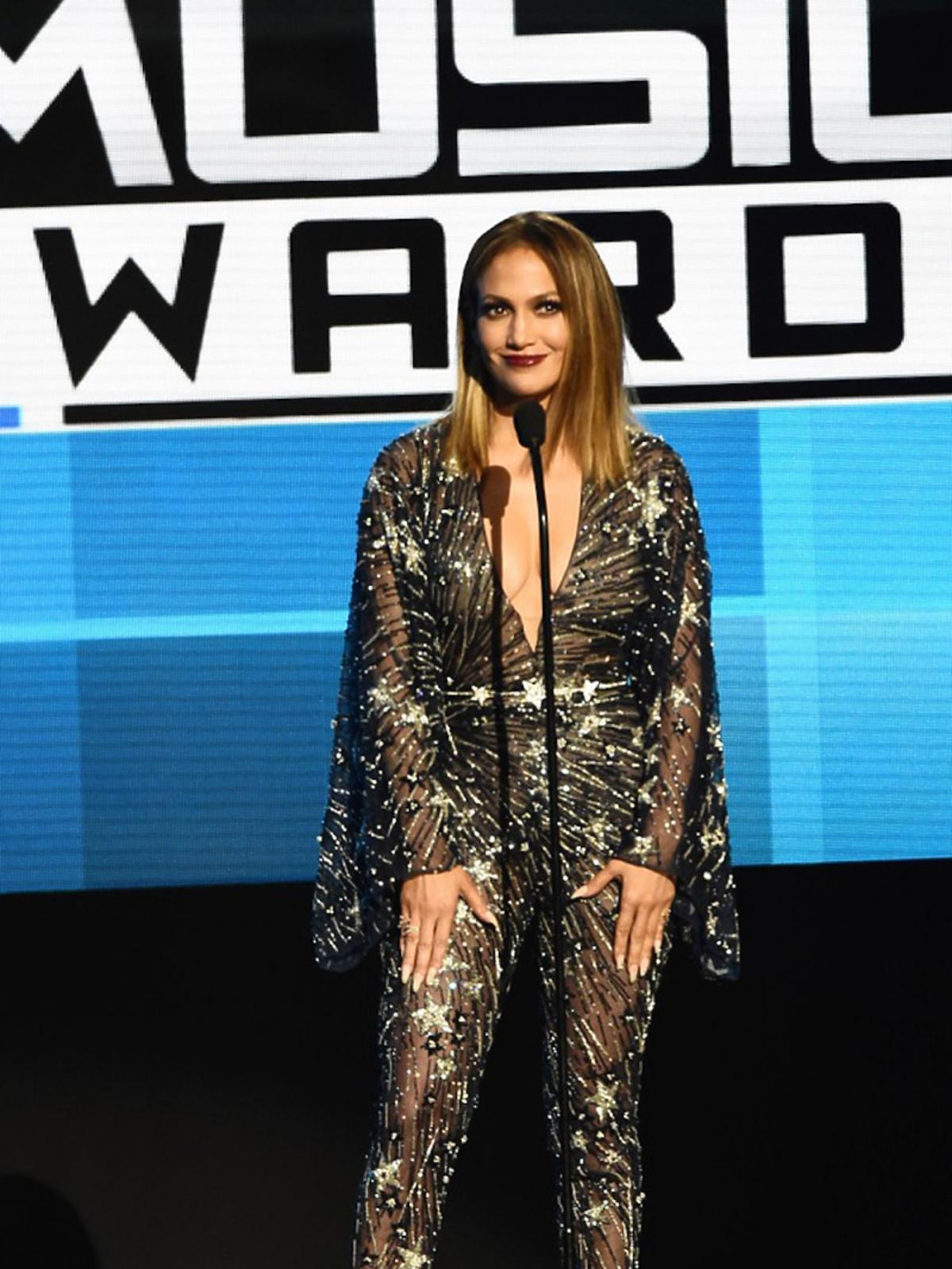 Jennifer Lopez w czarnym seksownym, koloronkowym kombinezonie