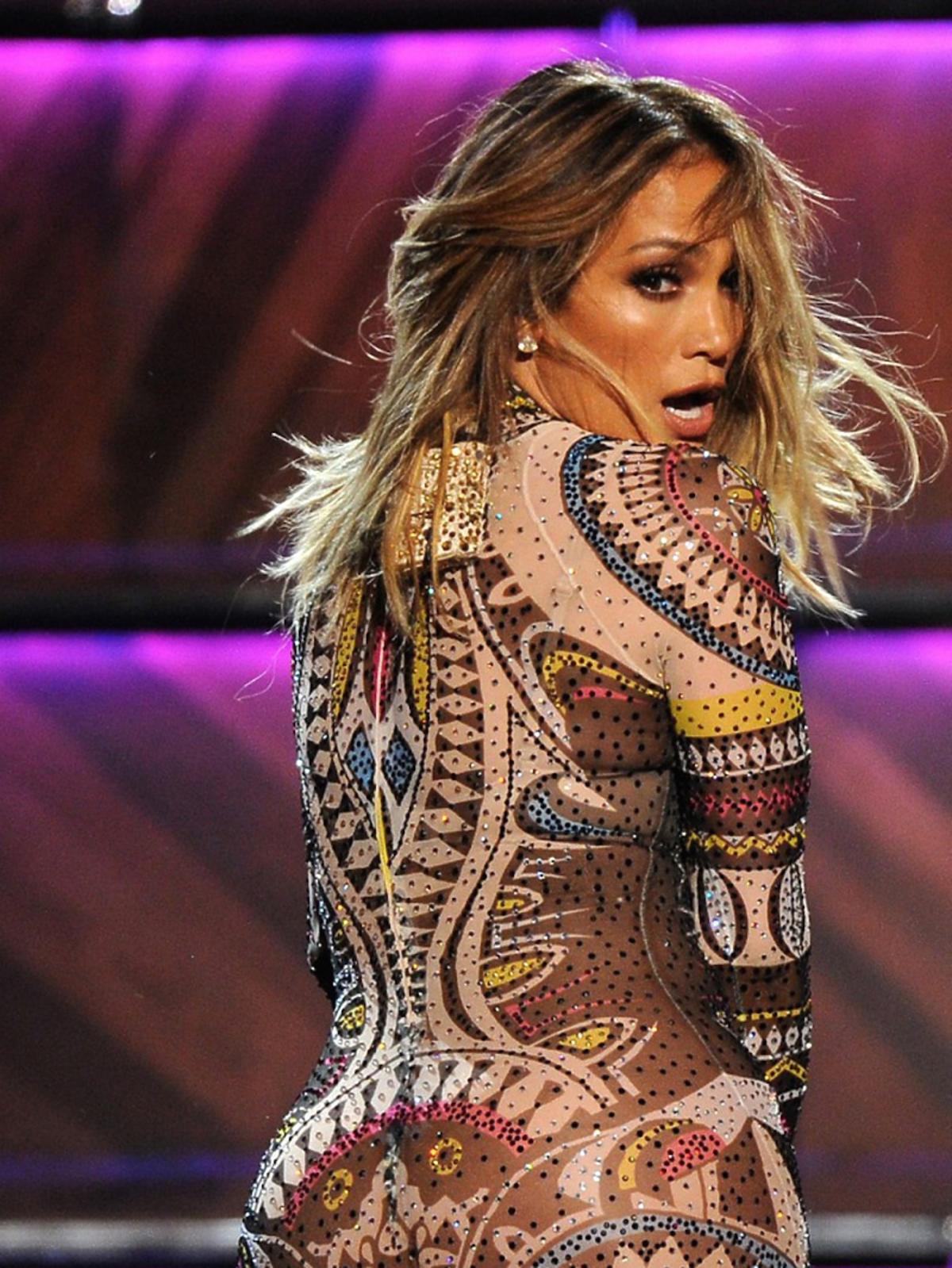 Jennifer Lopez w body w kolorowe printy