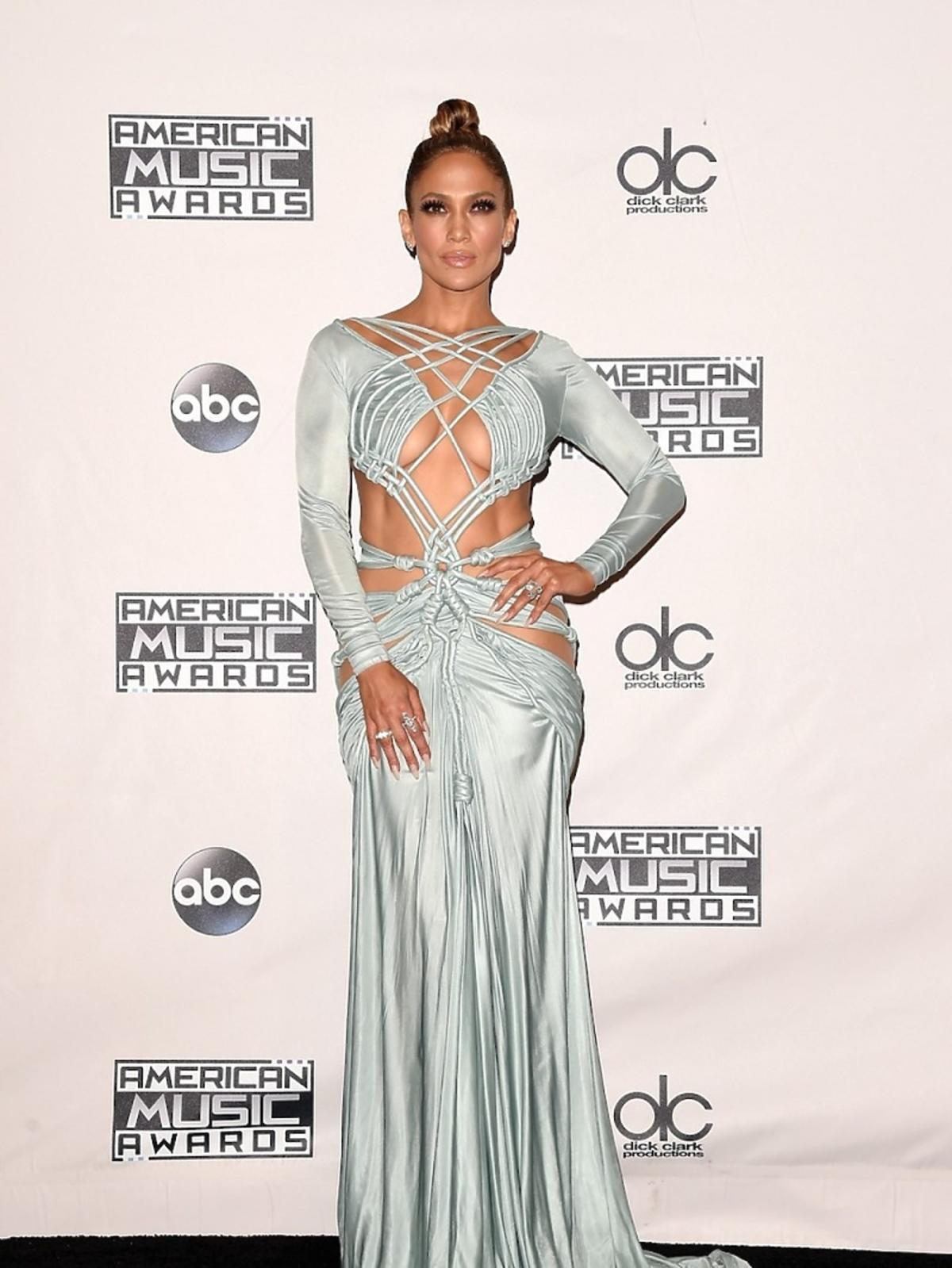 Jennifer Lopez w pastelowej seksownej sukience na czerwonym dywanie