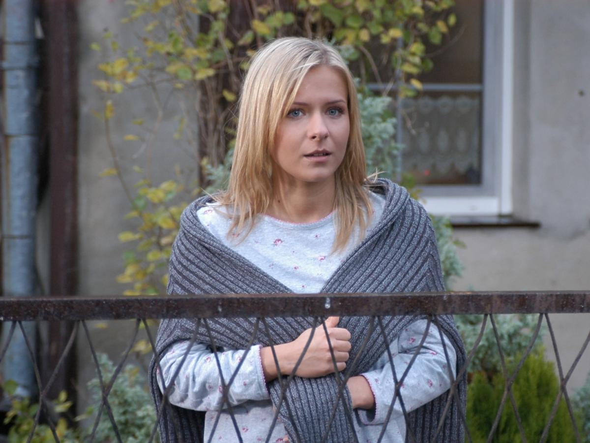 Aneta Zając w grzywce i blond długich włosach i szarej bluzce w serialu Pierwsza Miłość z 2004 roku