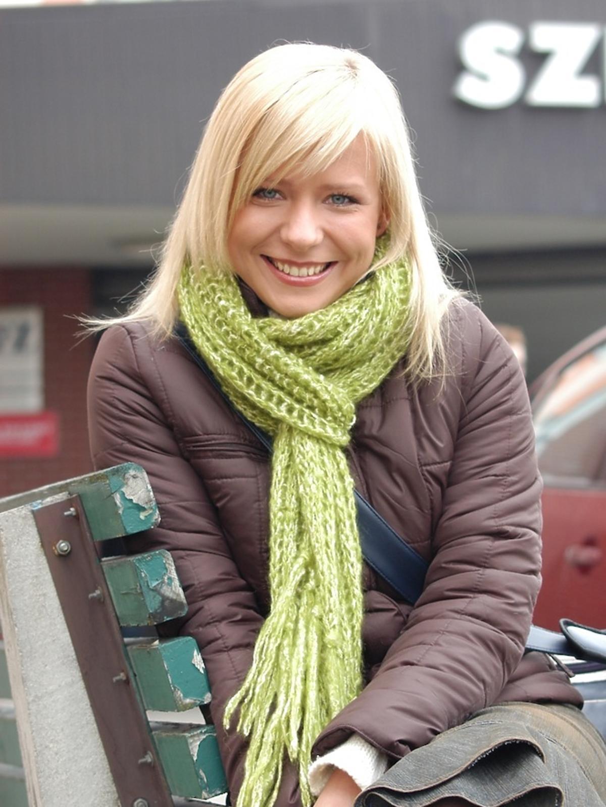 Aneta Zając z zielonym szalikiem w grzywce i blond długich włosach w serialu Pierwsza Miłość z 2005 roku