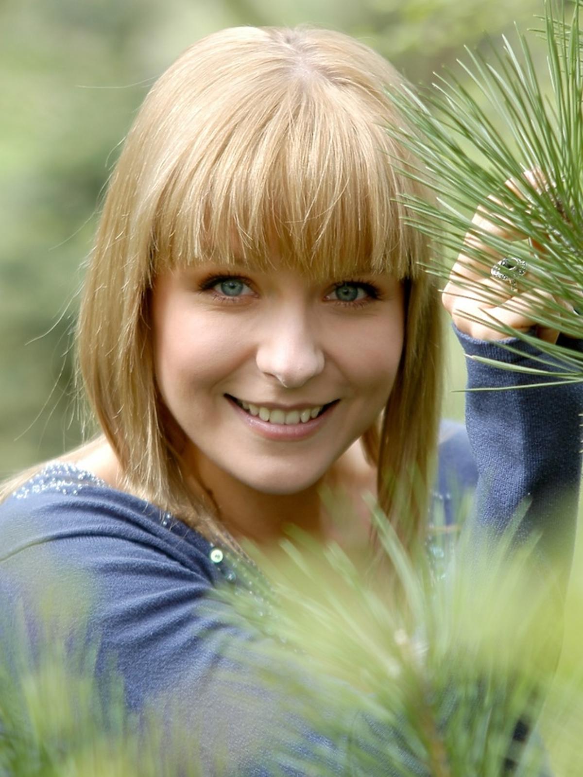 Aneta Zając w grzywce i niebieskim sweterku w serialu Pierwsza Miłość z 2006 roku