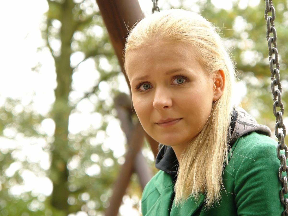 Aneta Zając w zielonym swetrze w długich włosach w serialu Pierwsza Miłość z 2008 roku