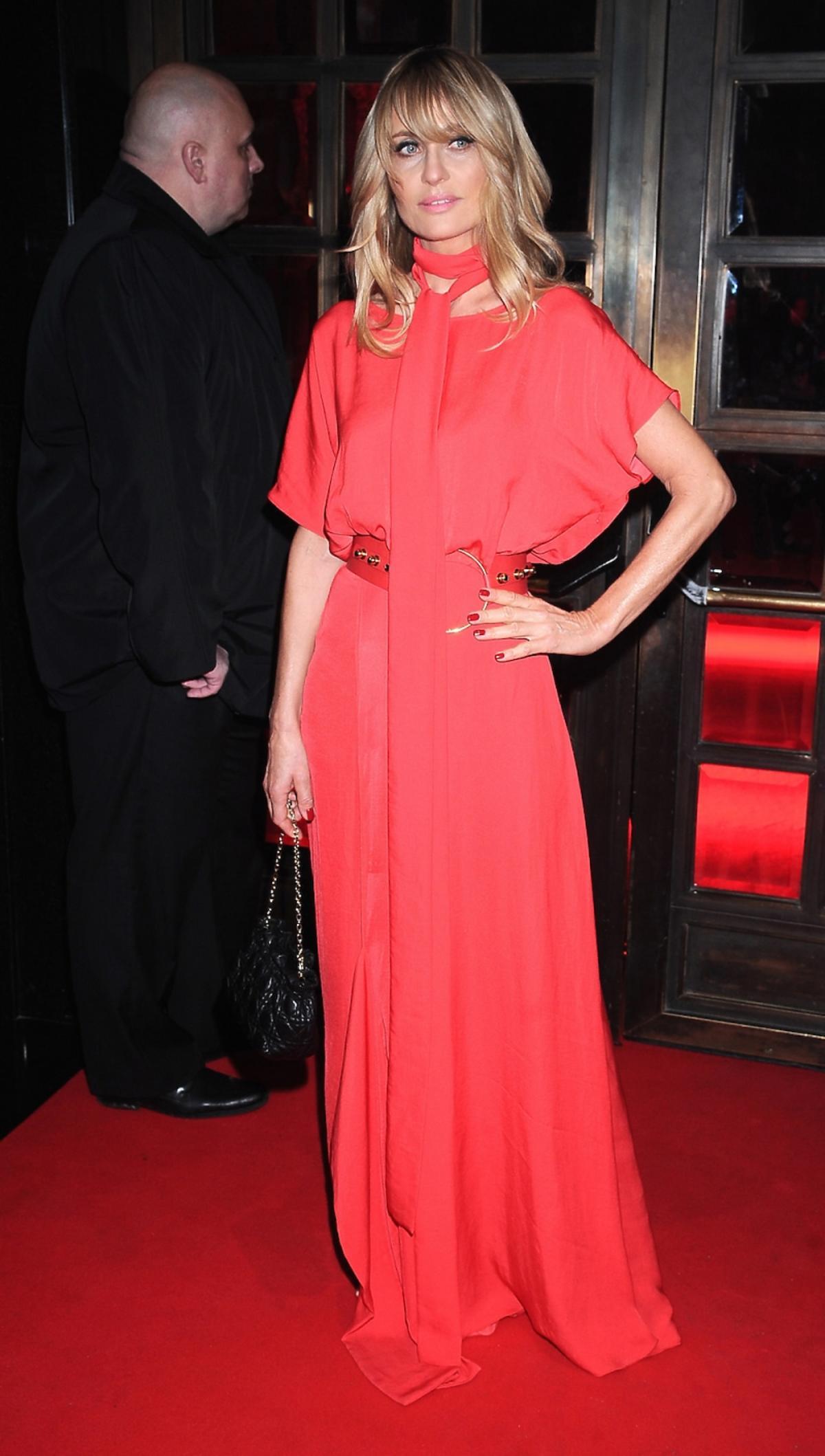 Aneta Kręglicka w długiej czerwonej sukience na czerwonym dywanie
