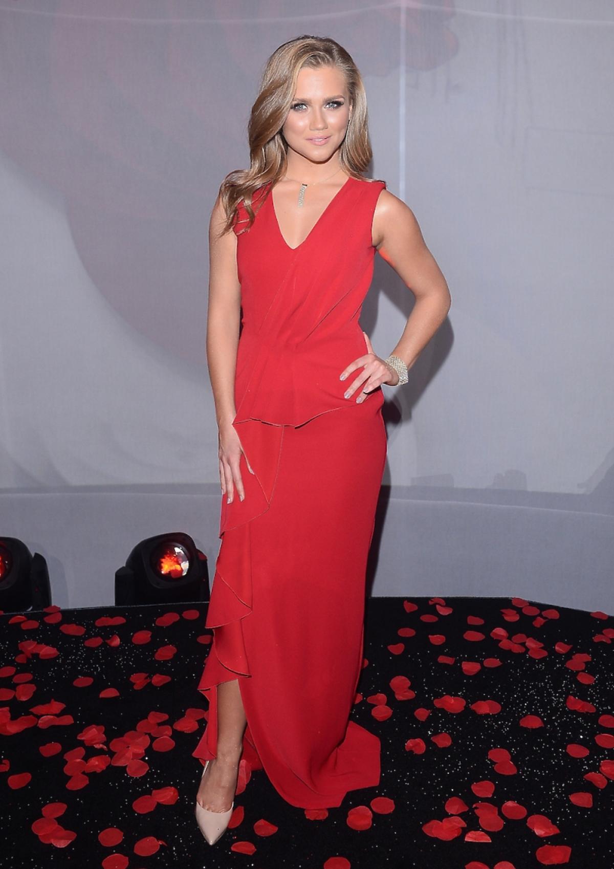 Agnieszka Kaczorowska w długiej czerwonej sukience na czerwonym dywanie