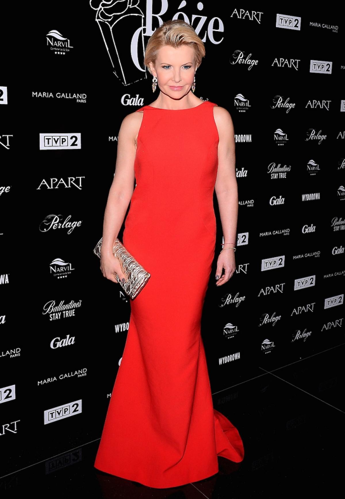 Joanna Racewicz w długiej czerwonej sukience na czerwonym dywanie