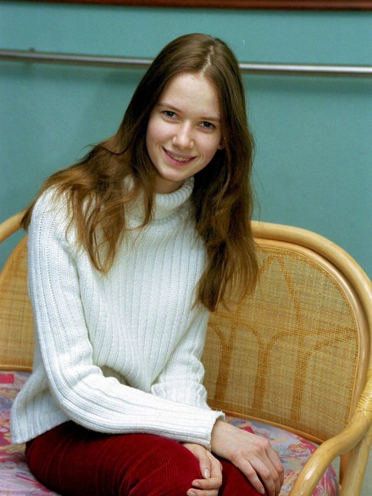 Karolina Malinowska w jasnym golfie siedzi na krześle