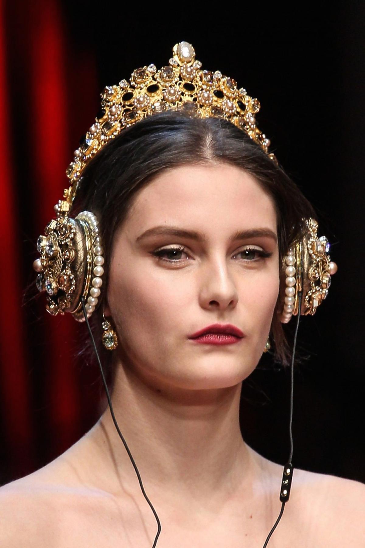 Modelka ze złotymi słychawkami  i koroną