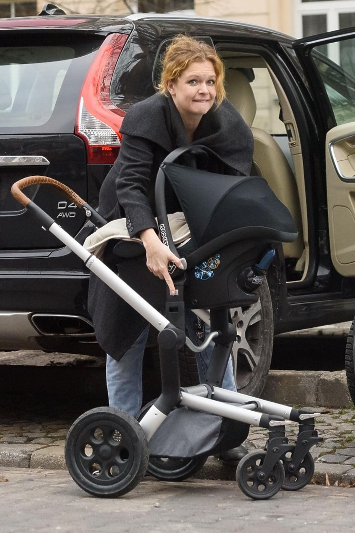 Daria Widawska z wózkiem dziecięcym