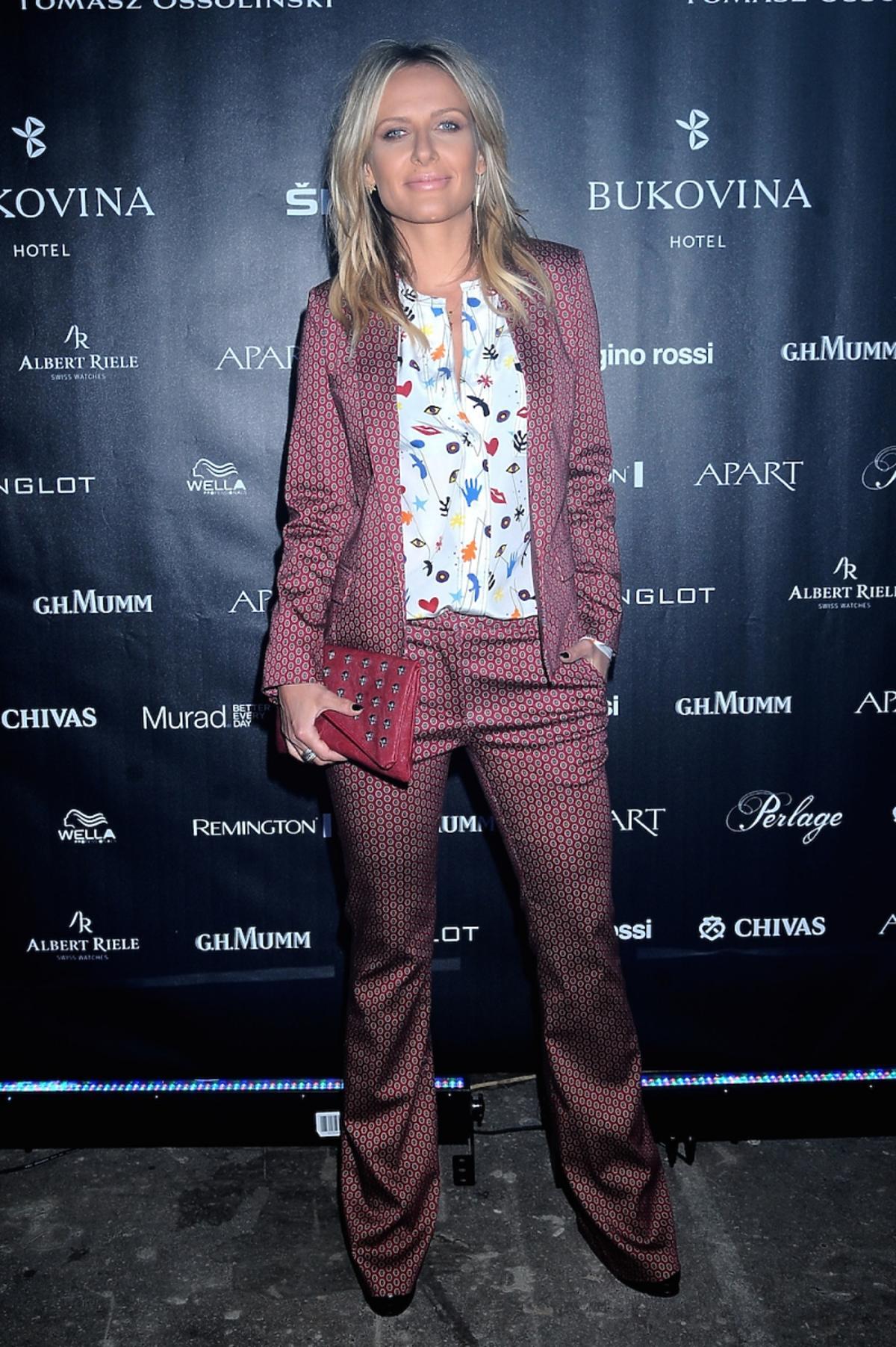 Patrycja Markowska w garniturze w printy i bluzce w kolorowe nadruki