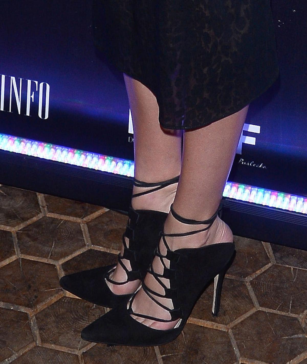 Marcelina Zawadzka w czarnej sukience i szpilkach sznurowanych