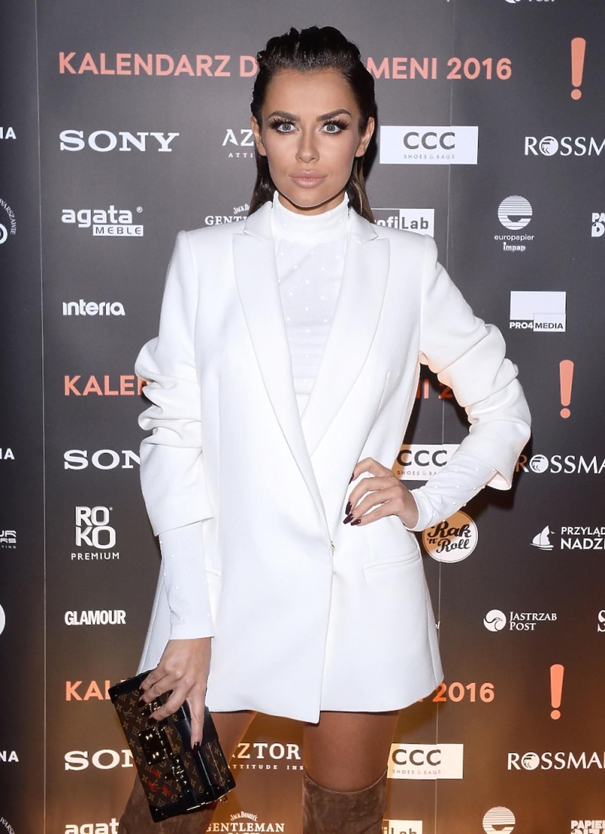 Natali Siwiec w białej marynarce, brązowych kozakach z frędzlami, torebką Louis Vuitton