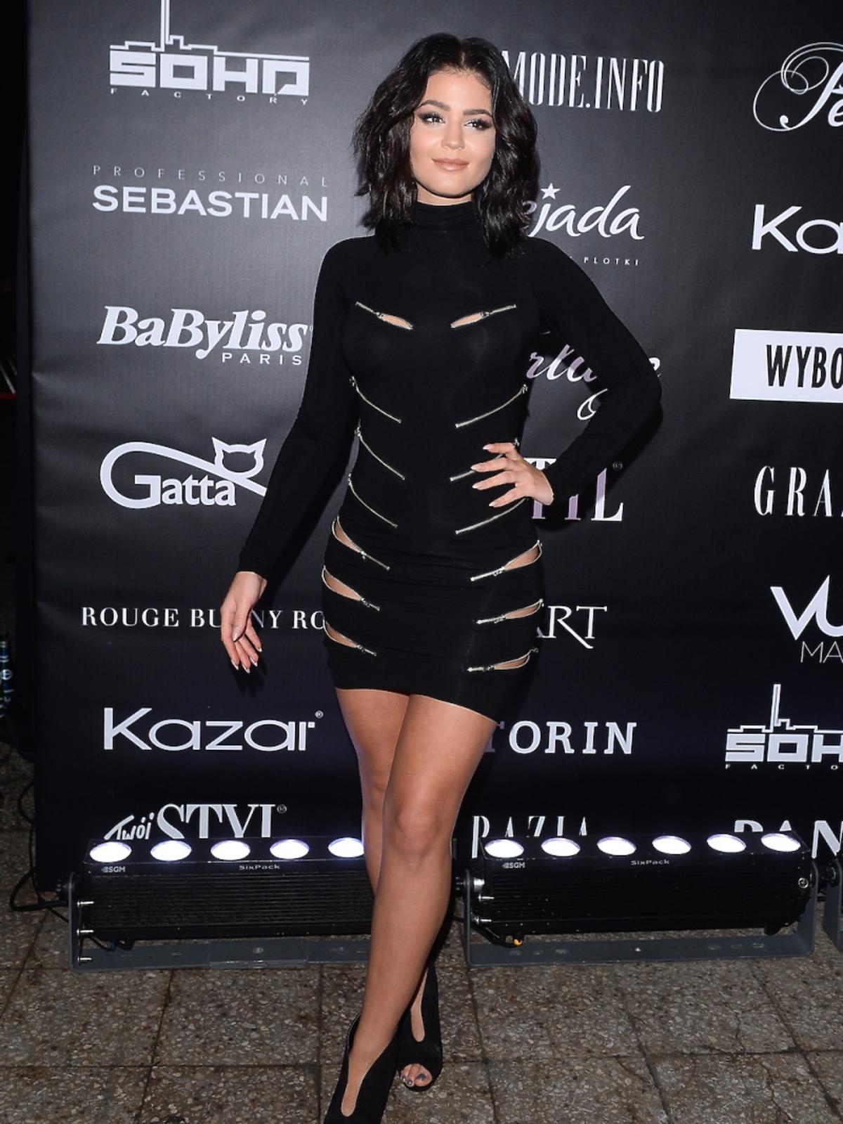 Honorata Skarbek w czarnej sukience z ozdobnymi srebrnymi suwakami