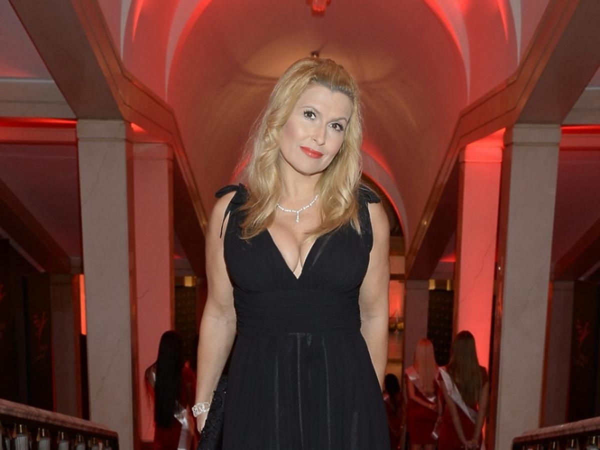 Katarzyna Skrzynecka w  czarnej, długiej  sukience na czerwonym dywanie