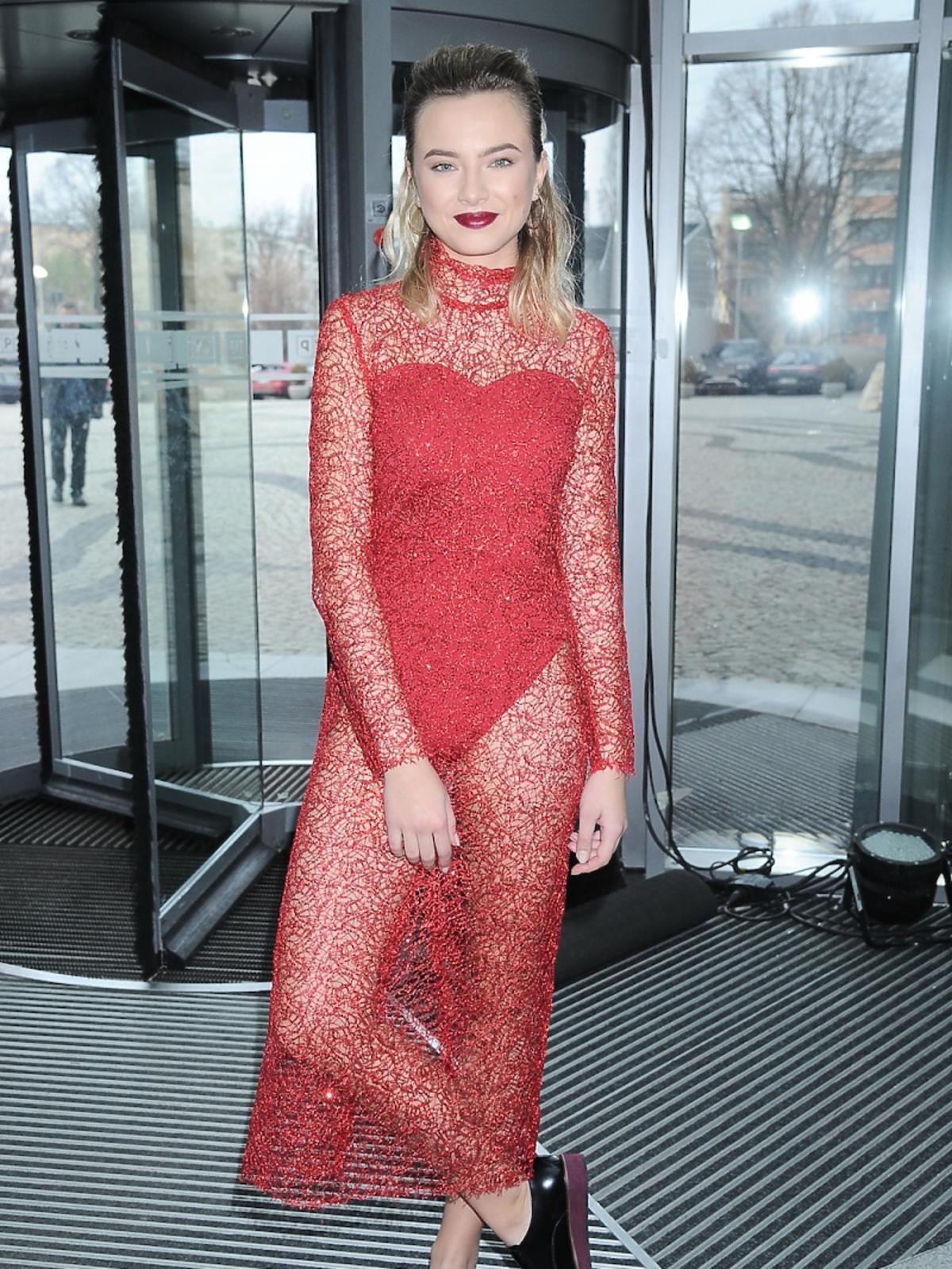 Natalia Nykiel w czerwonej transparentnej sukience w męskich butach
