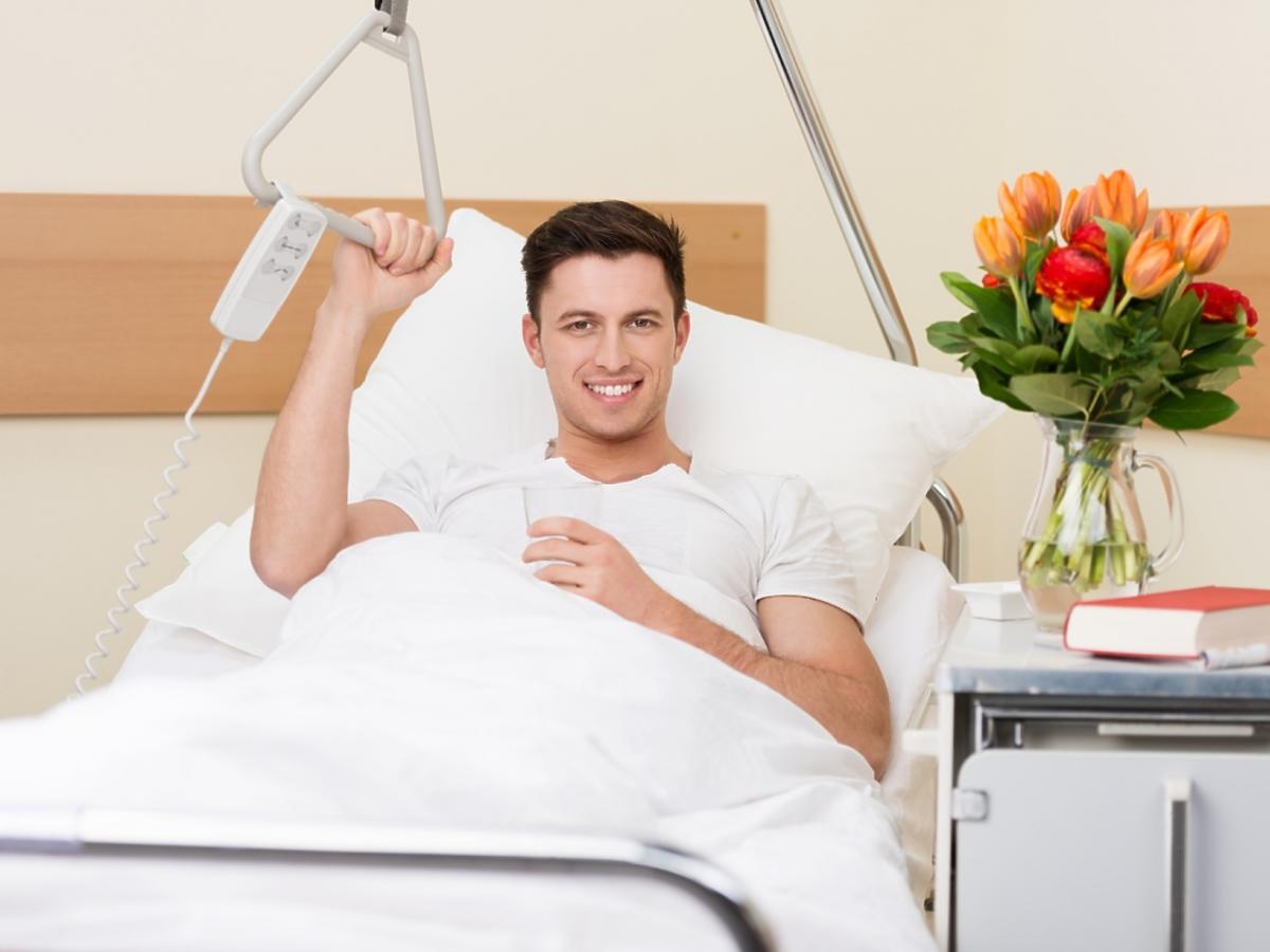 mężczyzna leżący w szpitalu