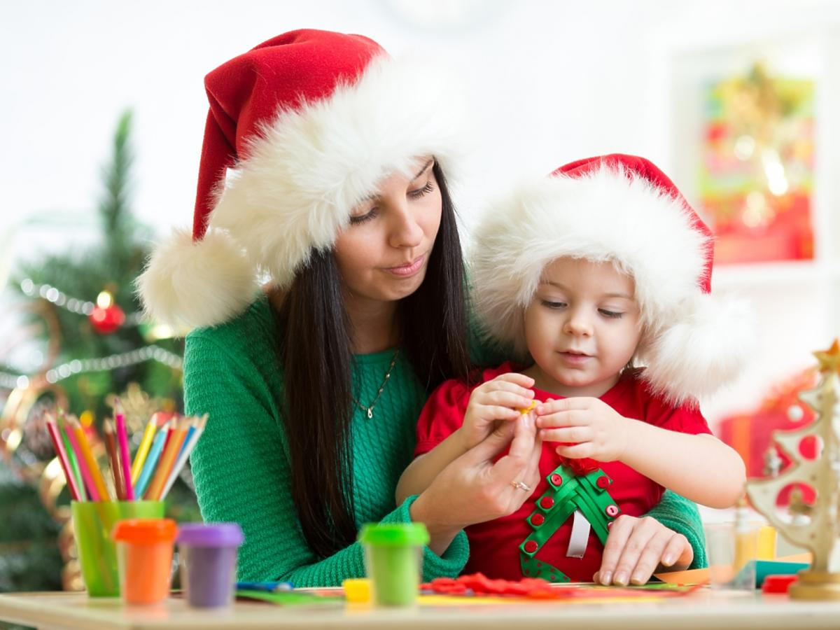 kobieta robiąca ozdoby wraz z dzieckiem