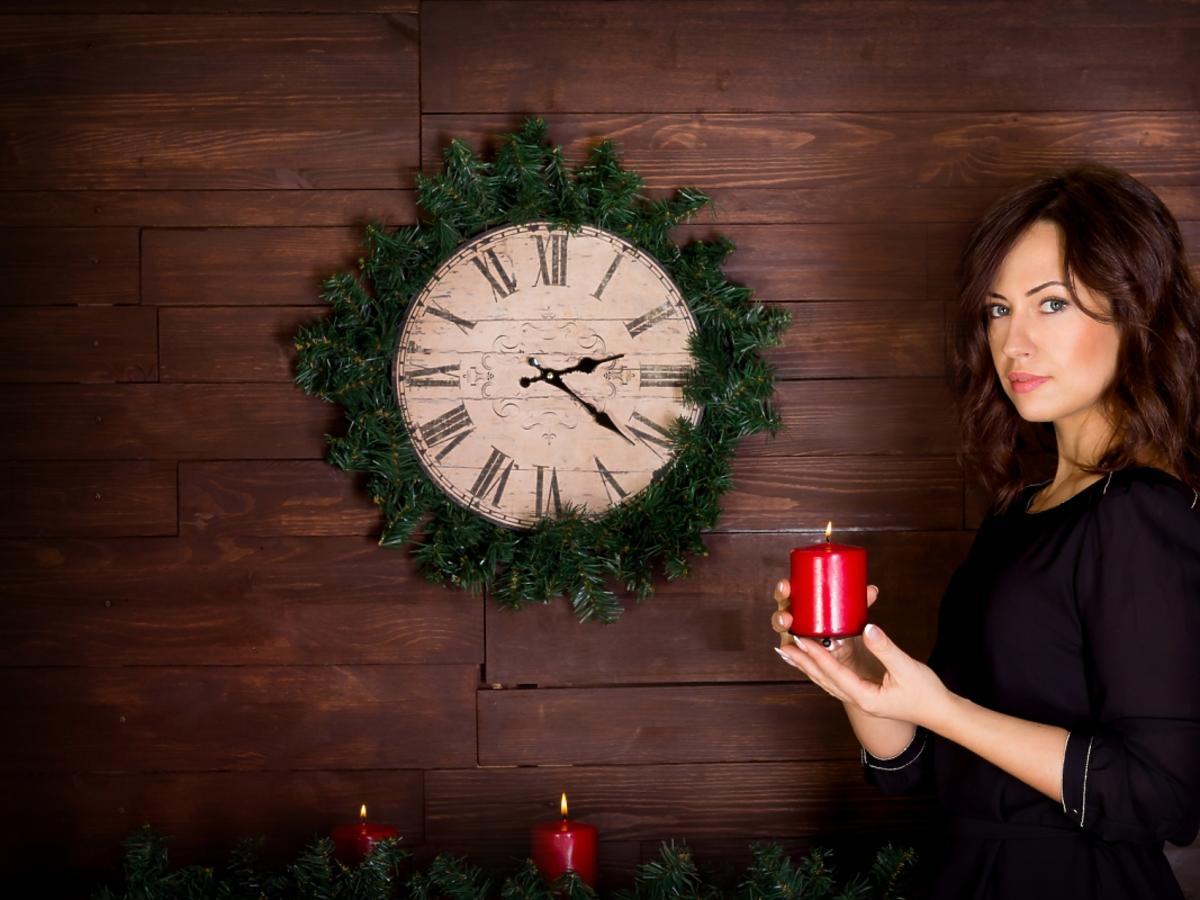 kobieta w sukience przy zegarze