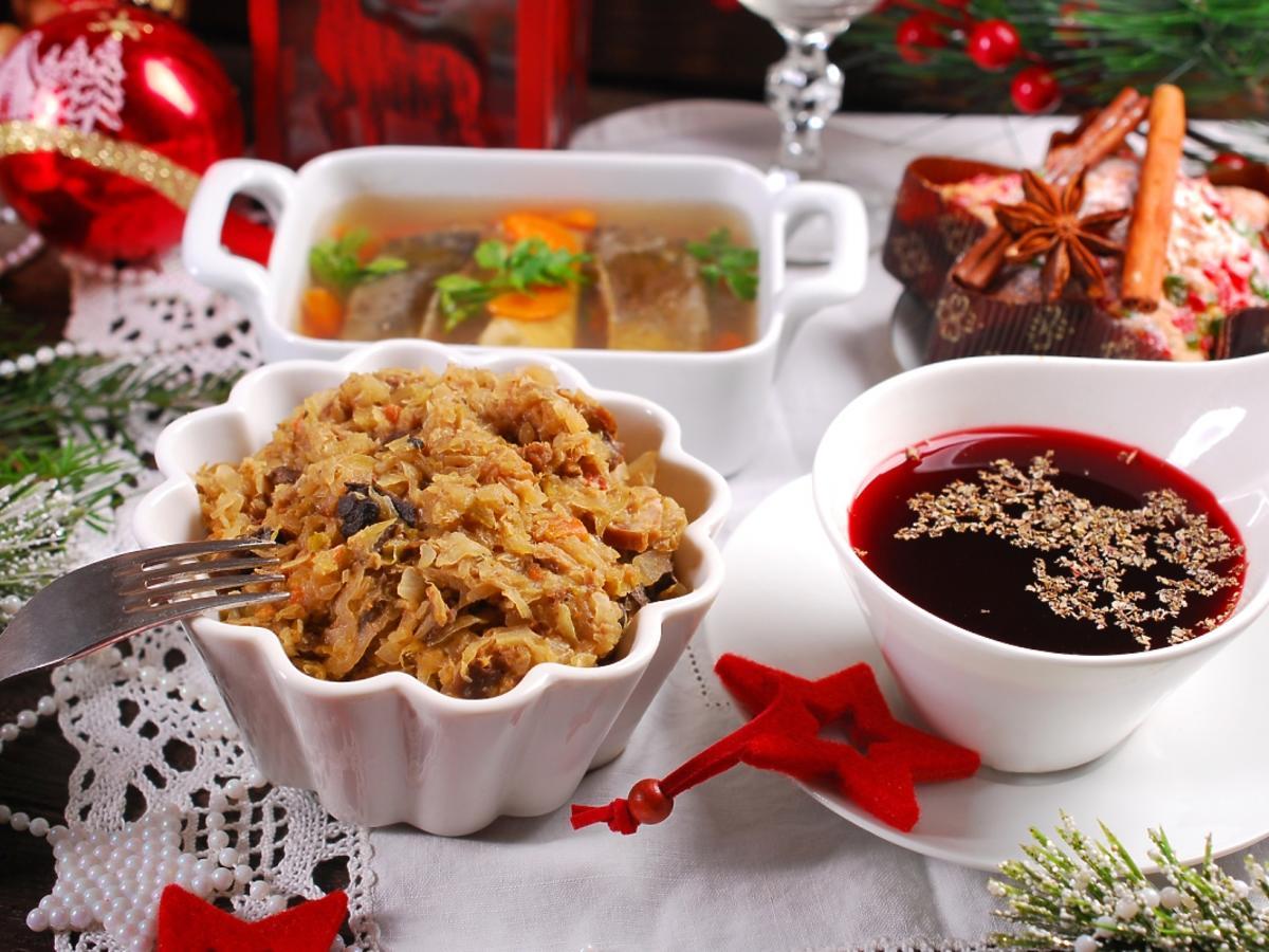 stół świąteczny z barszczem i bigosem