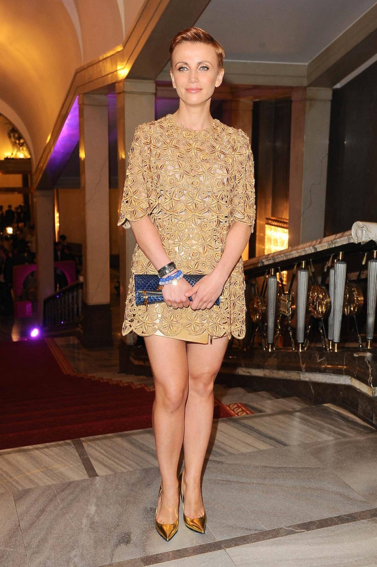 Katarzyna Zielińska w złotej koronkowej sukience