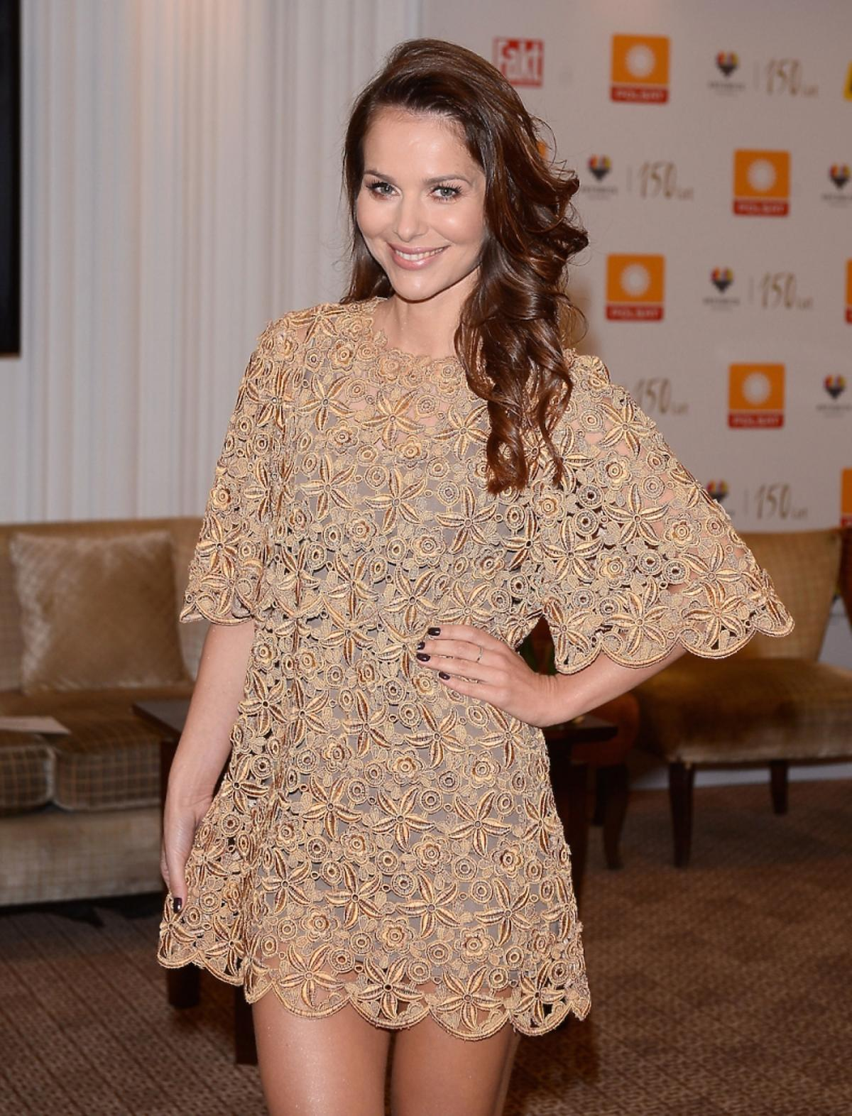 Paulina Sykut w złotej koronkowej sukience