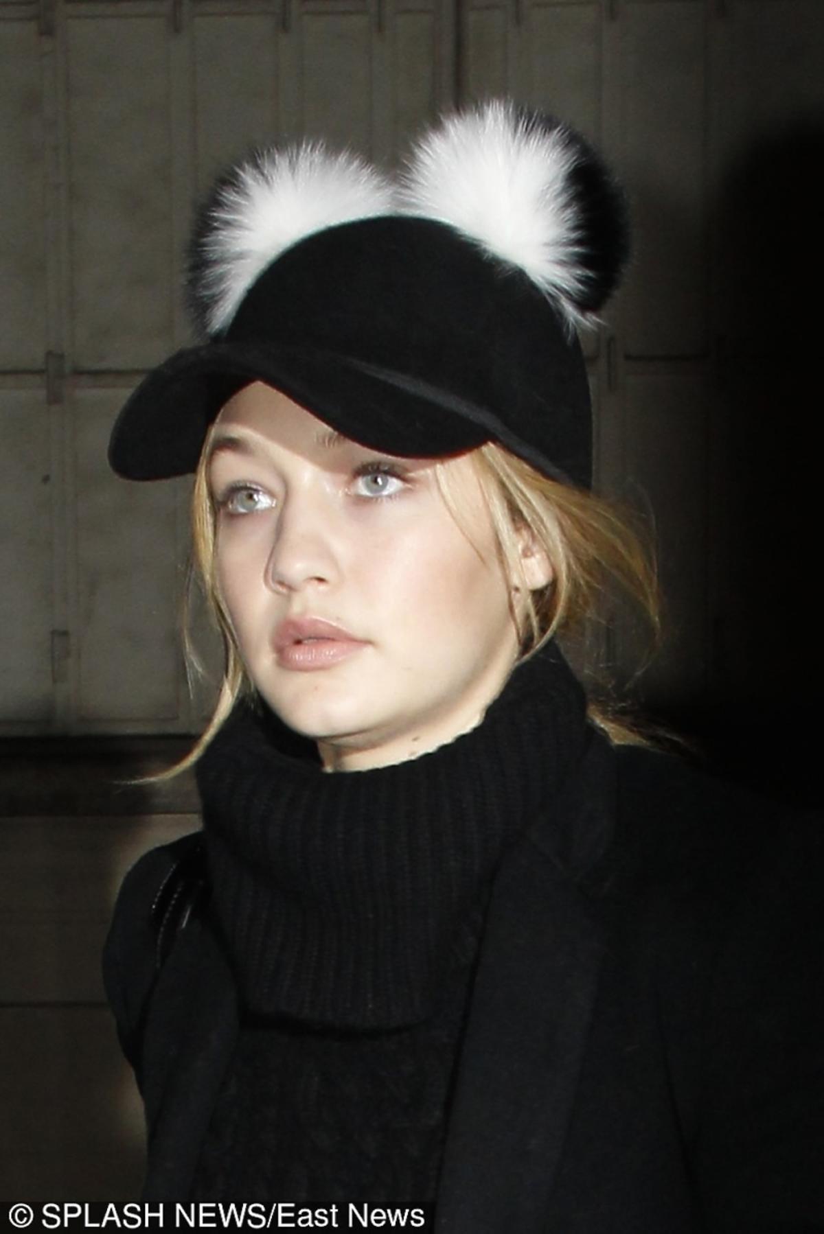 Gigi Hadid w czarnej czapce z futrzanymi pomponami