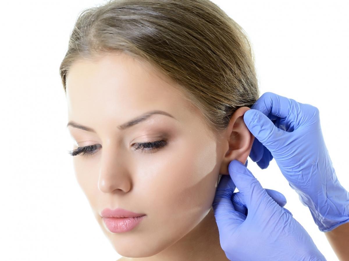 kobieta podczas badania ucha