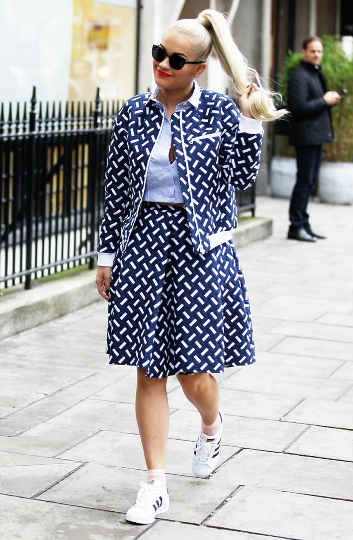 Rita Ora w kurtce i spódnicy w biało-niebieskie wzory