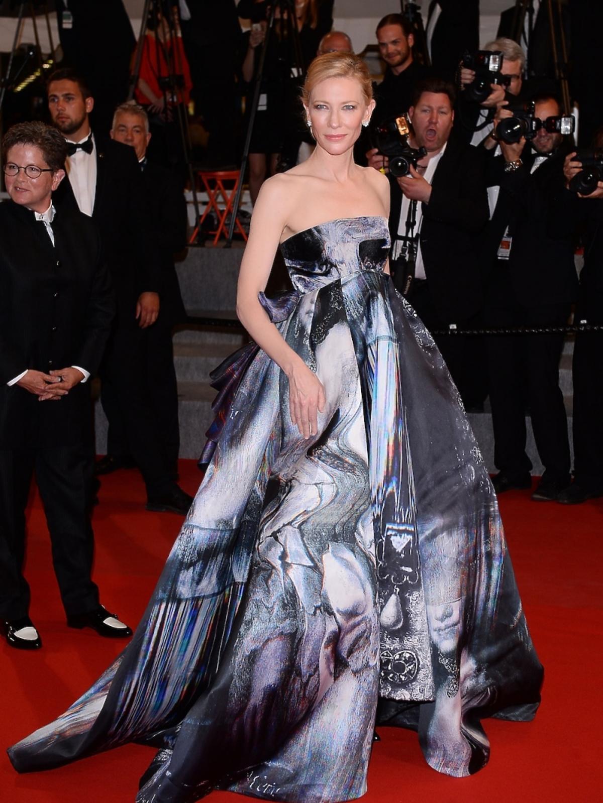 Cate Blanchett w sukni w czarno białe wzory na czerwonym dywanie