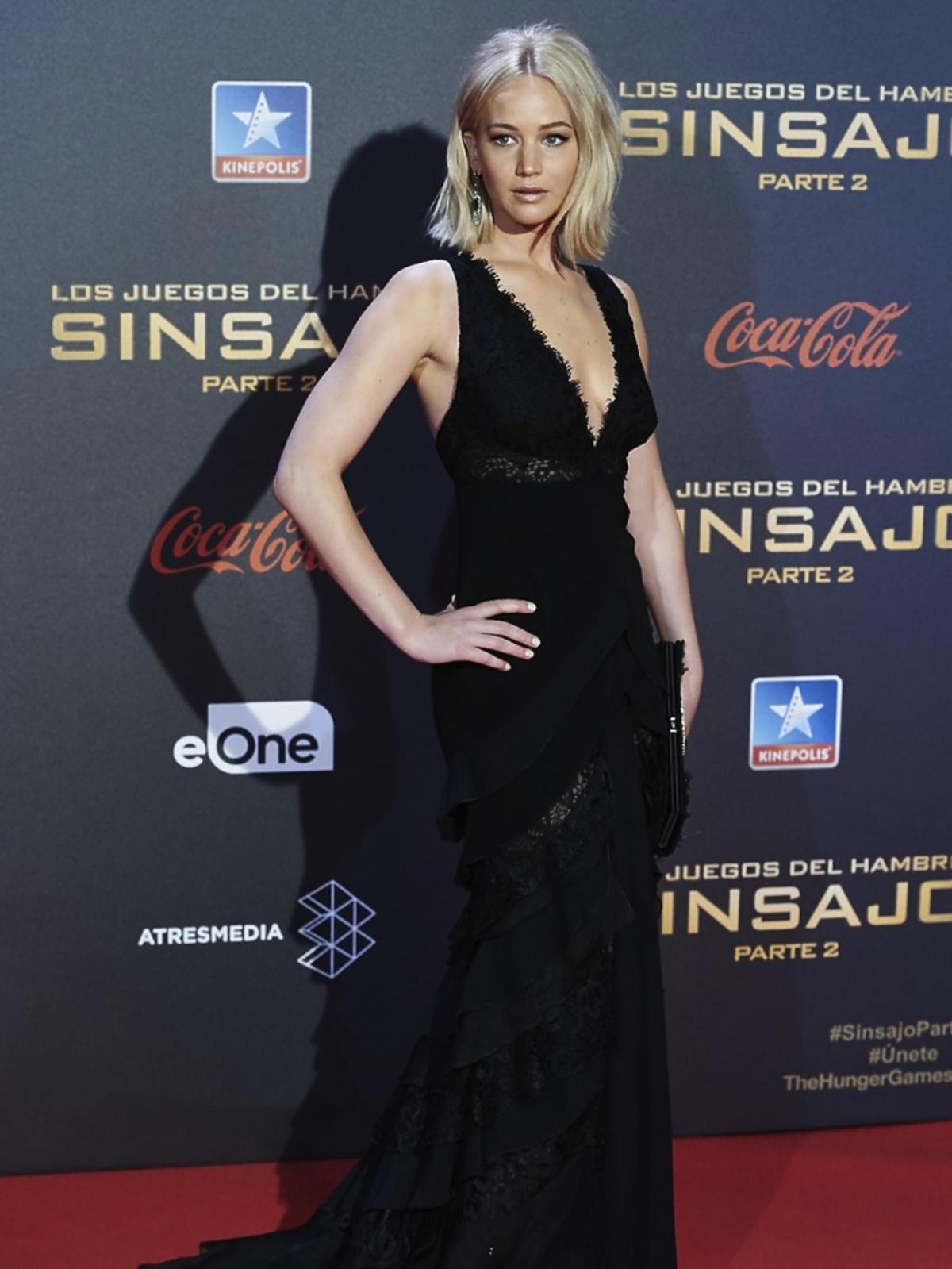 Jennifer Lawrence w czarnej sukni do ziemi na czerwonym dywanie