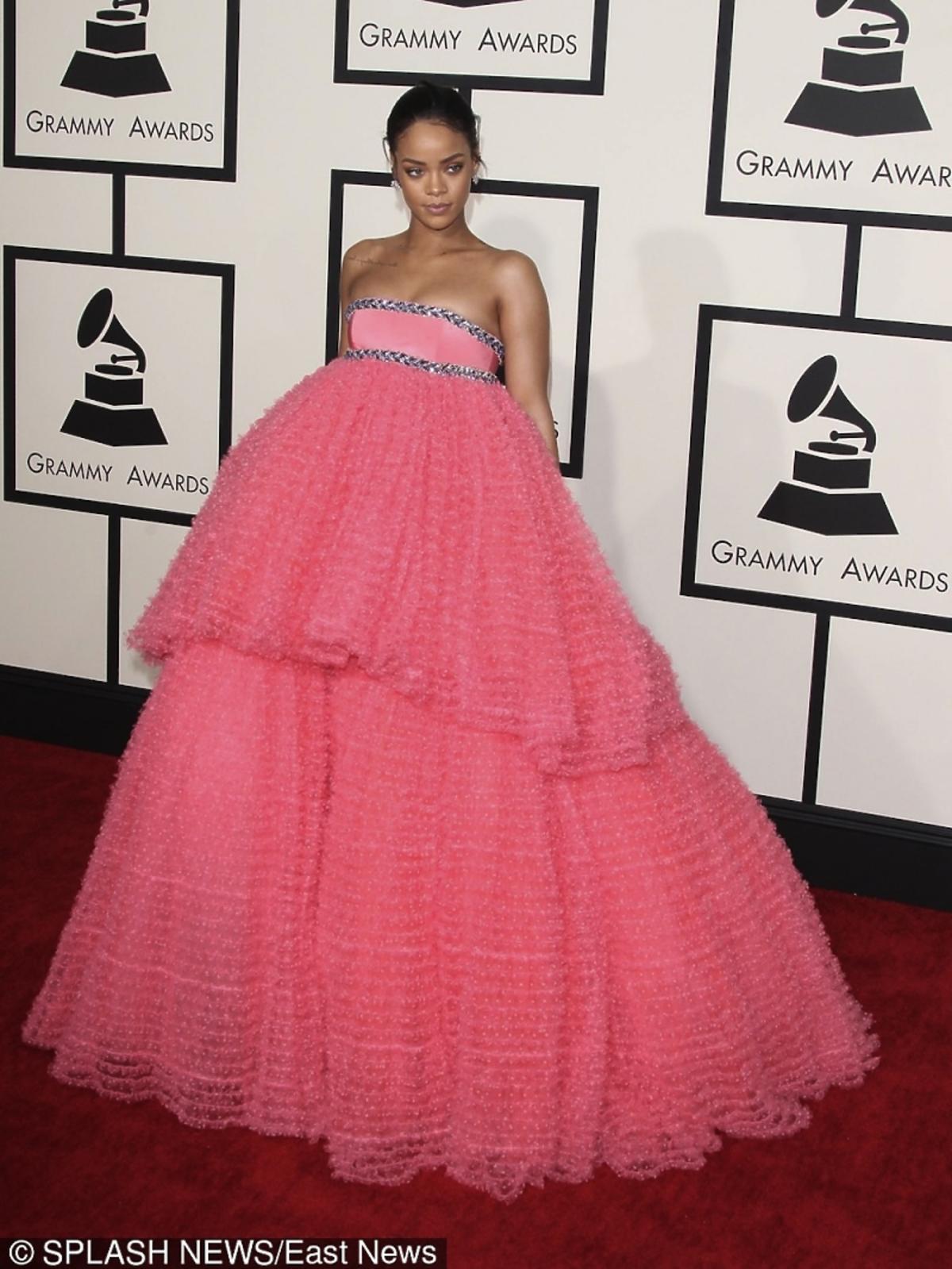 Rihanna w różowej sukni z falbanami na czerwonym dywanie