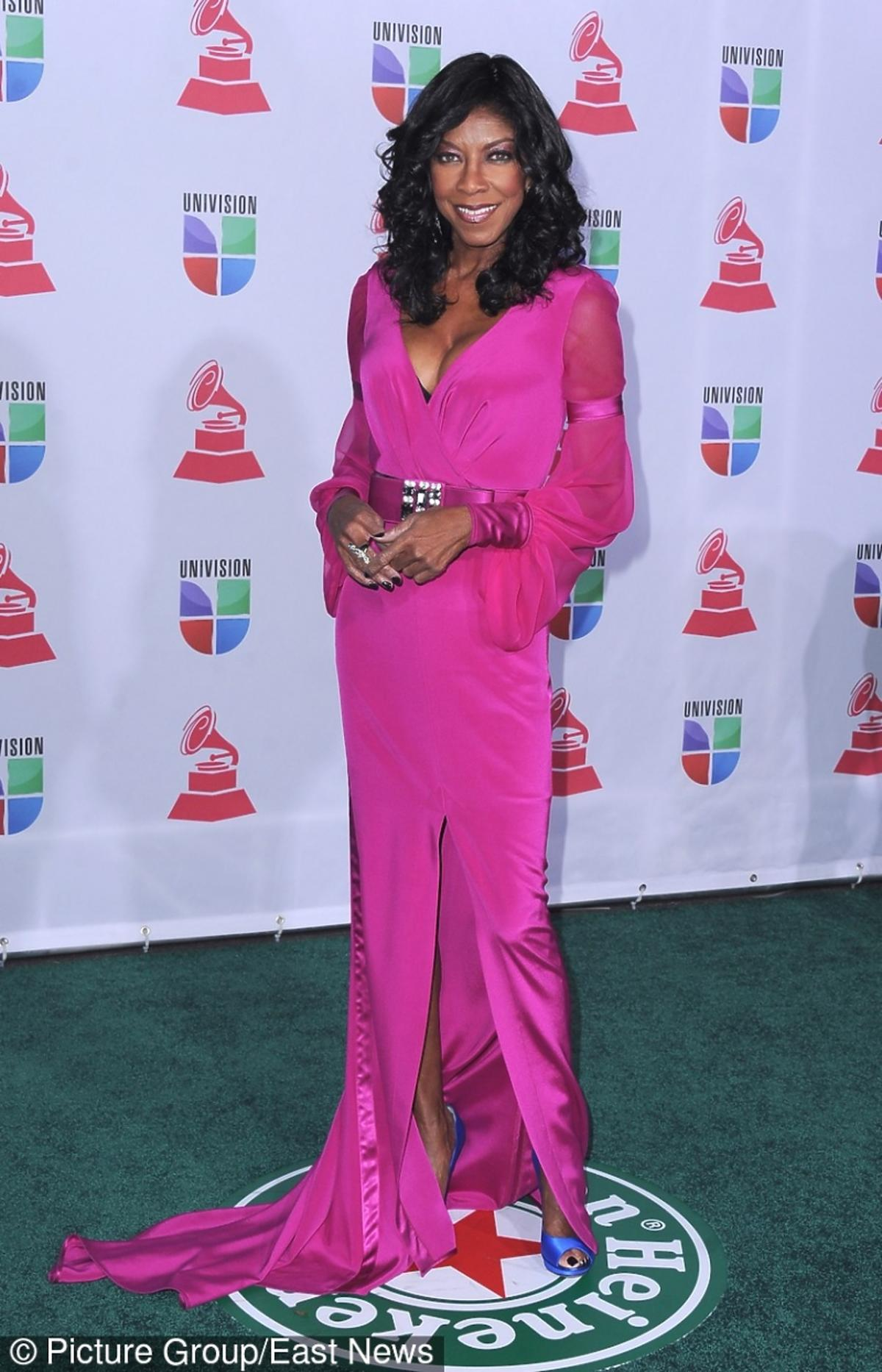 Natalie Cole w różowej sukience