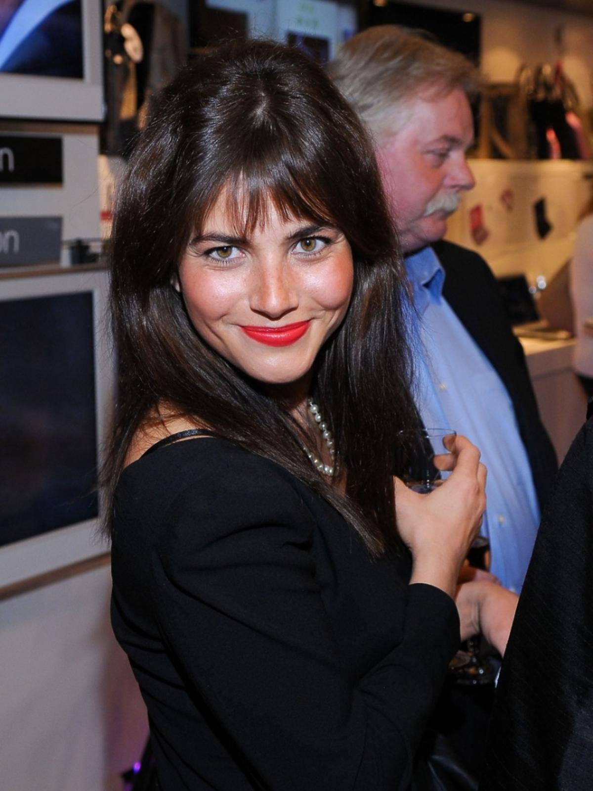 Weronika Rosati uśmiechnieta, pozuje we wnętrzu