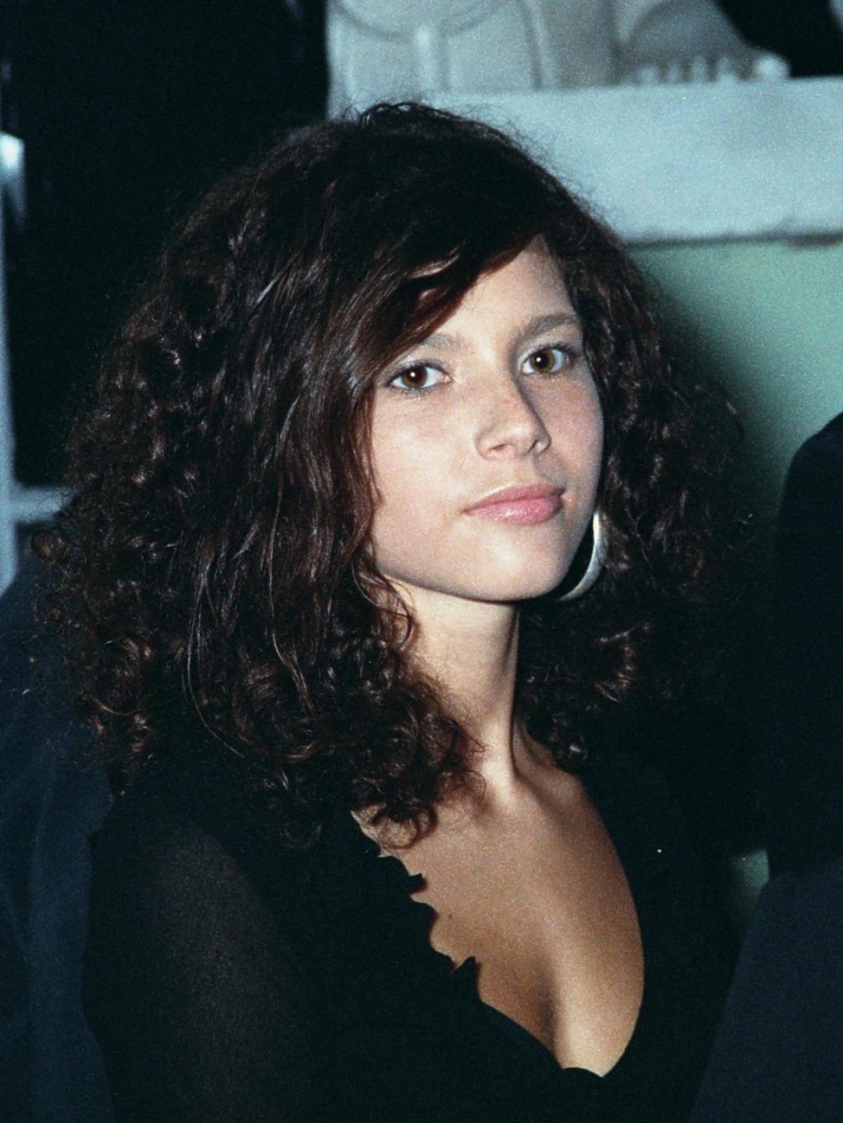 Weronika Rosati w czarnej bluzce , portret