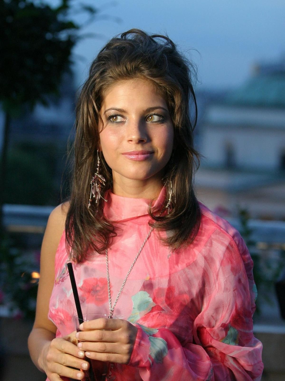 Weronika Rosati uśmiechnięta, w różowej sukience