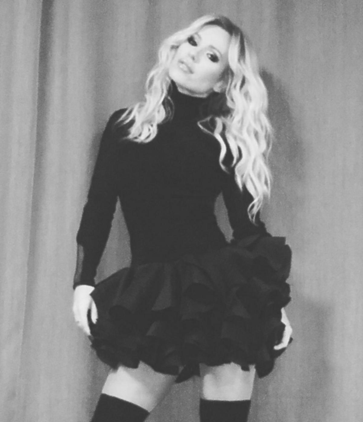 Doda w czarnej sukience z falbankami