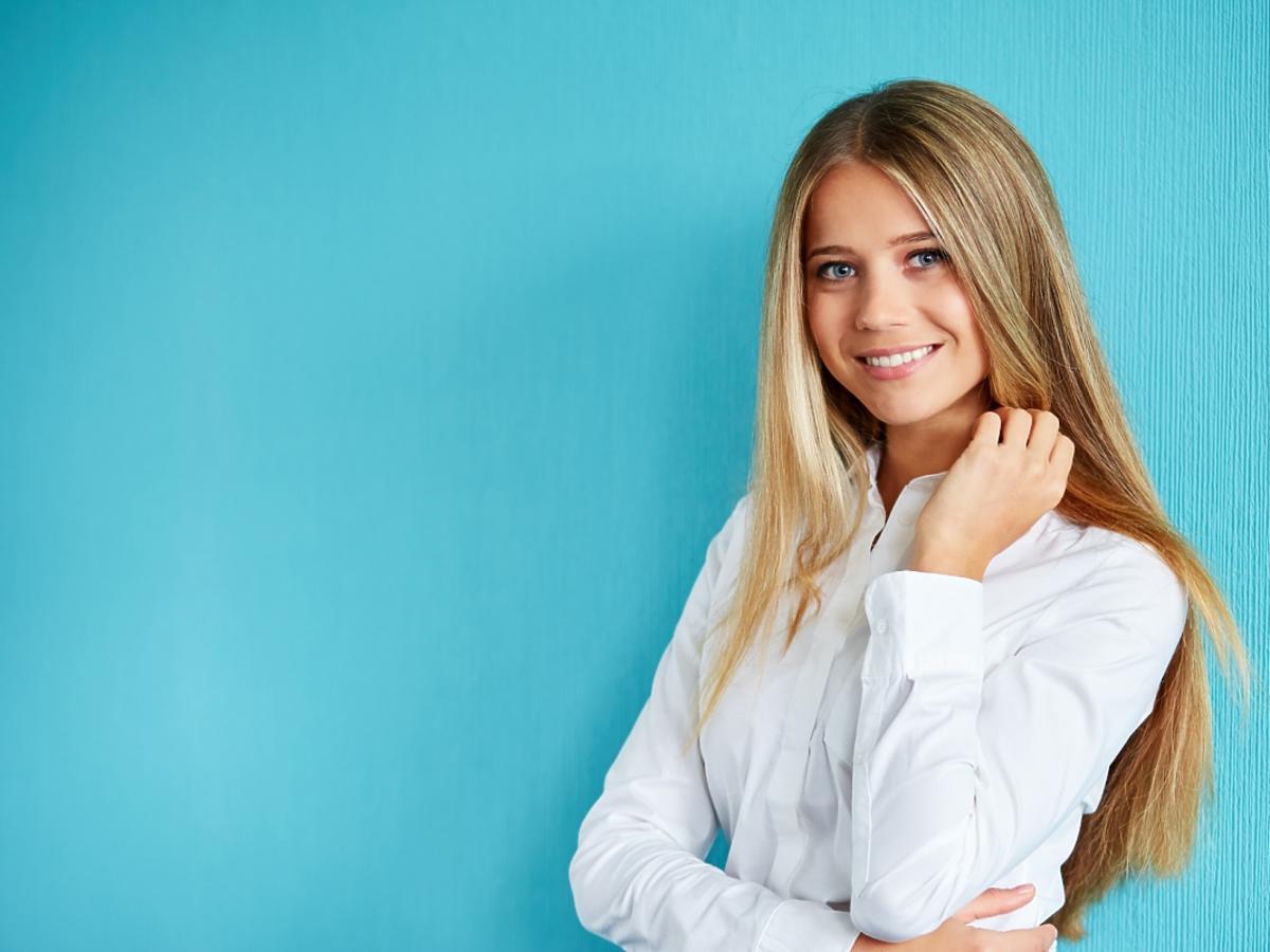 blondynka w białej koszuli