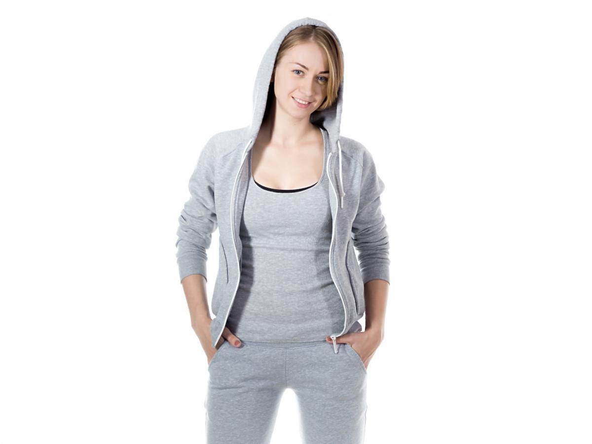 kobieta w dresowych ubraniach