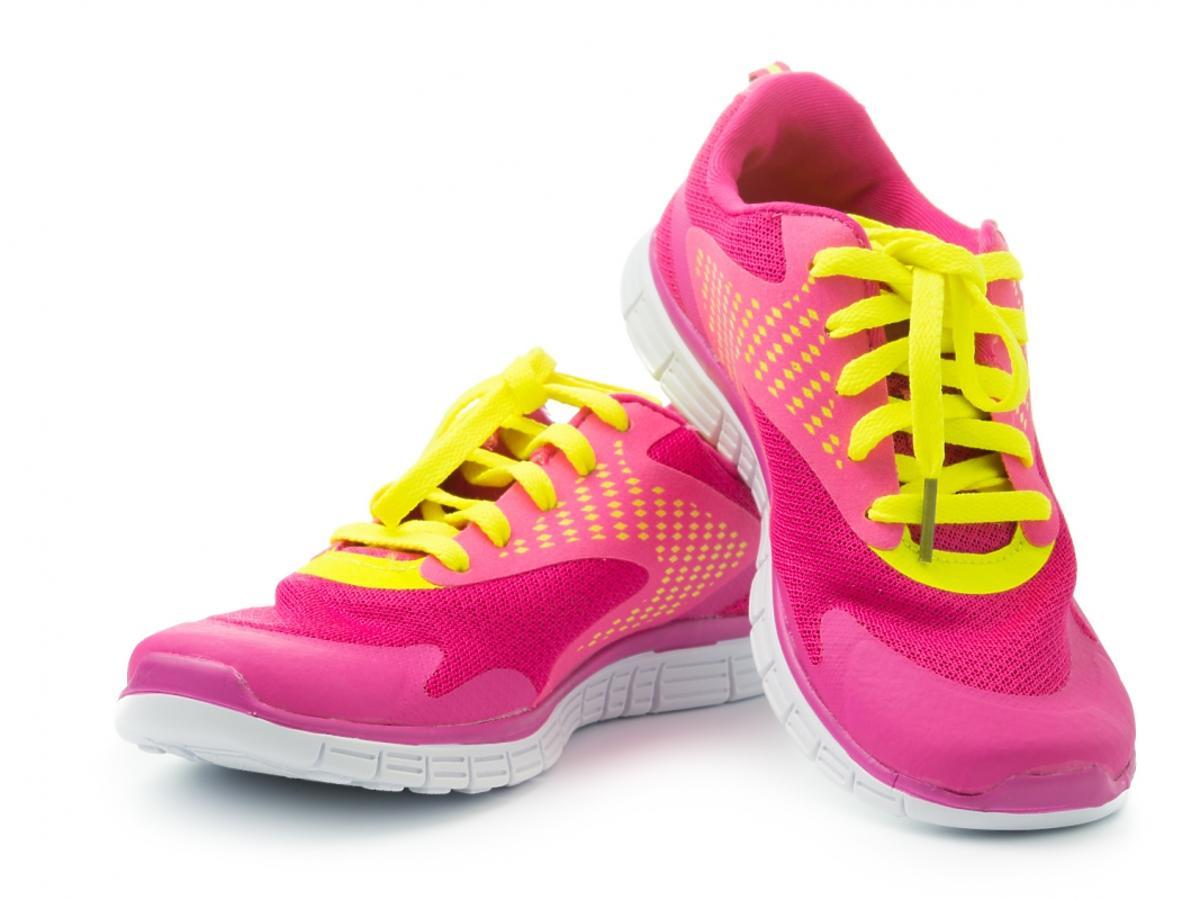 para różowych butów sportowych z żółtymi sznurówkami