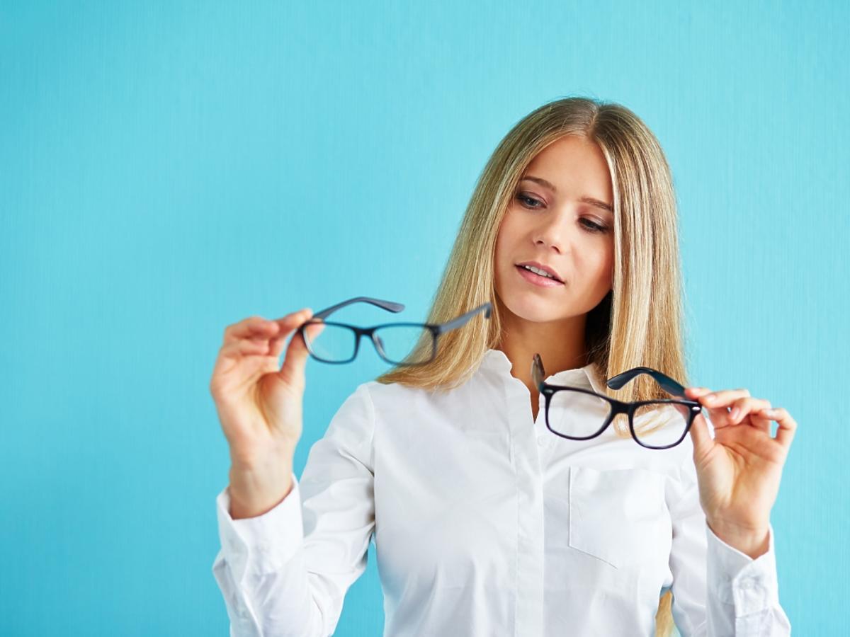 kobieta wybierająca okulary