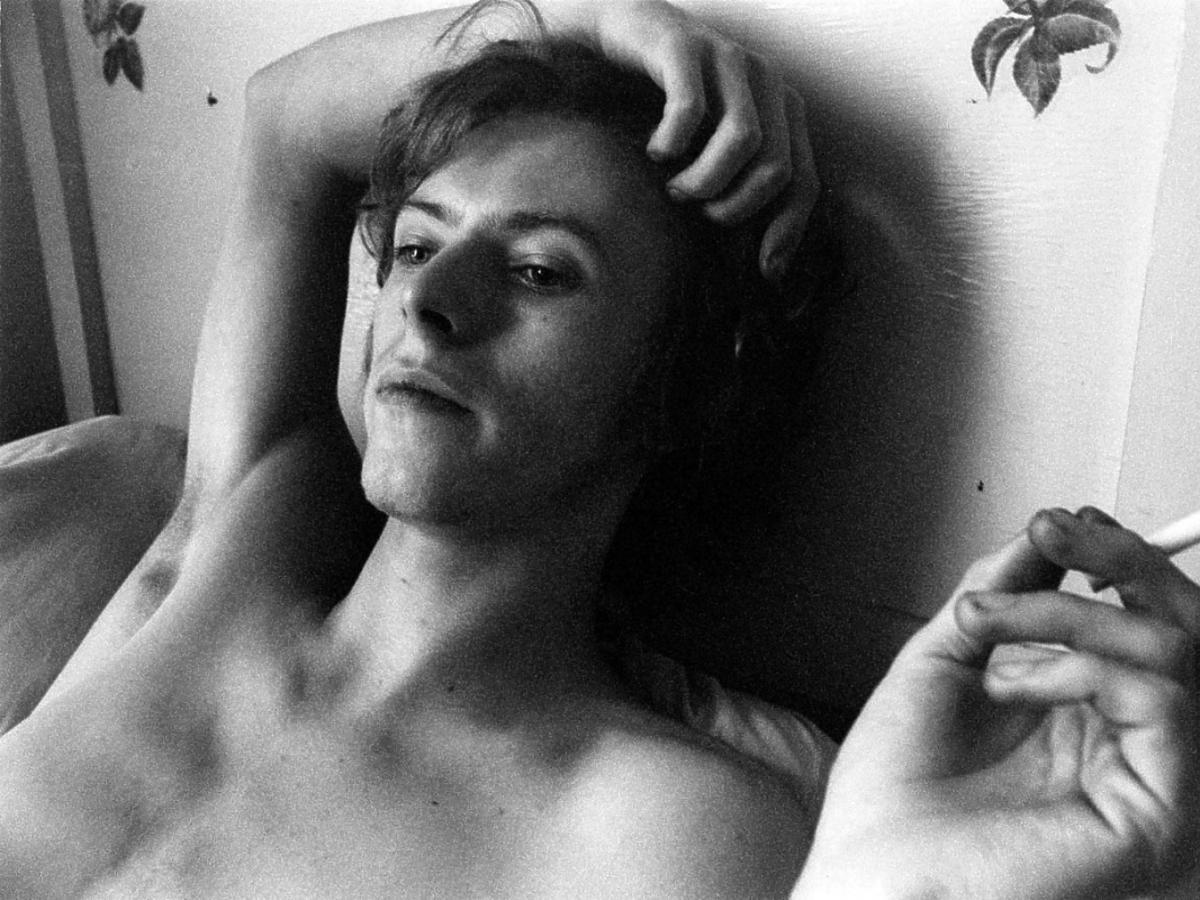 David Bowie pali papierosa