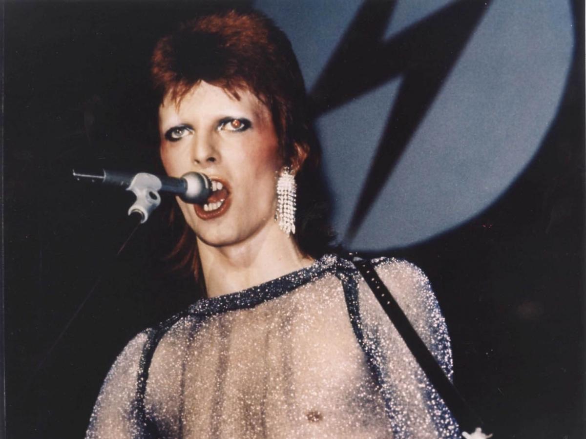 David Bowie w przeźroczystej koszulce na scenie