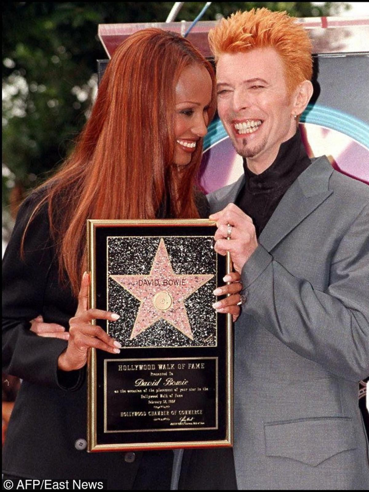 David Bowie z Oman trzymają gwiazdę