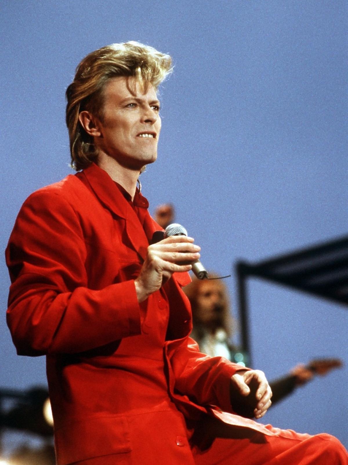 David Bowie w czerwonym garniturze