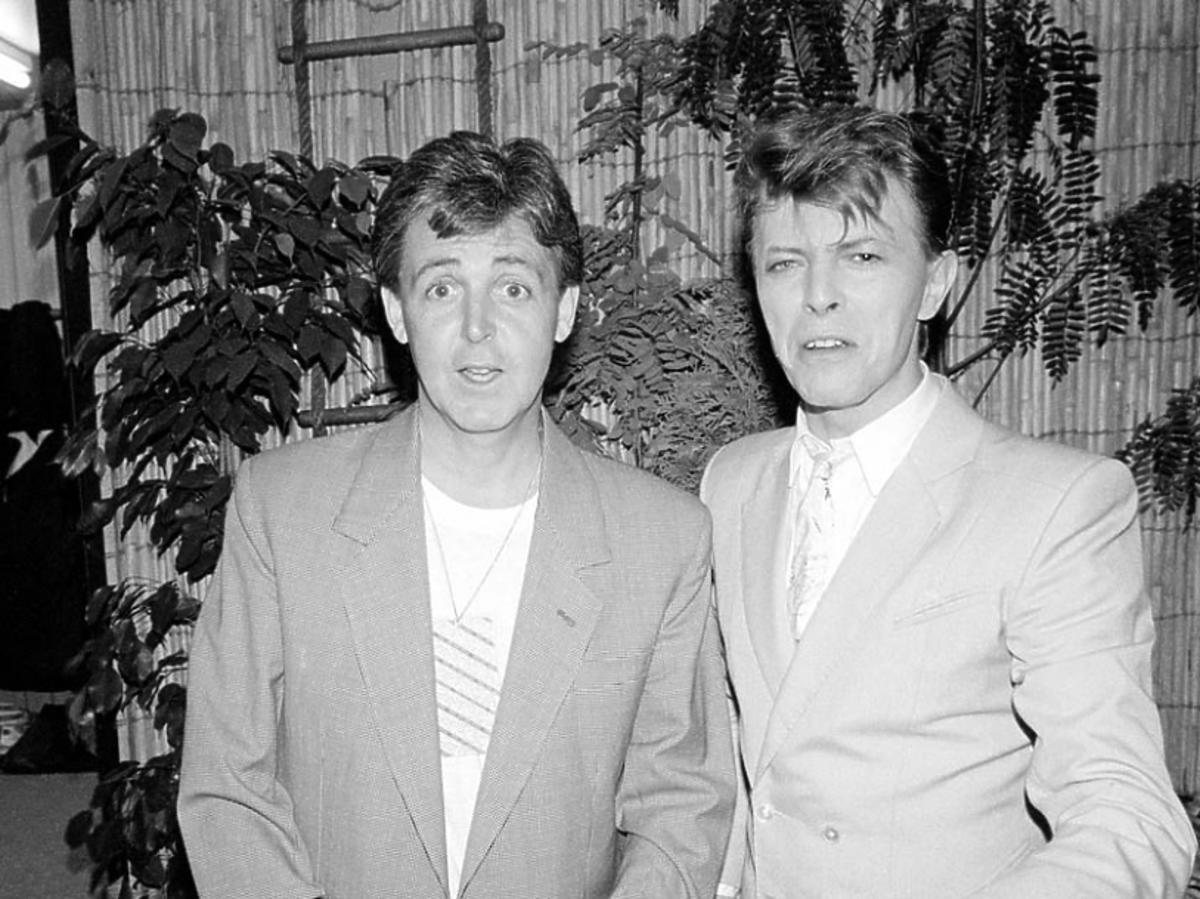 David Bowie stoi z Paulem McCartney'em