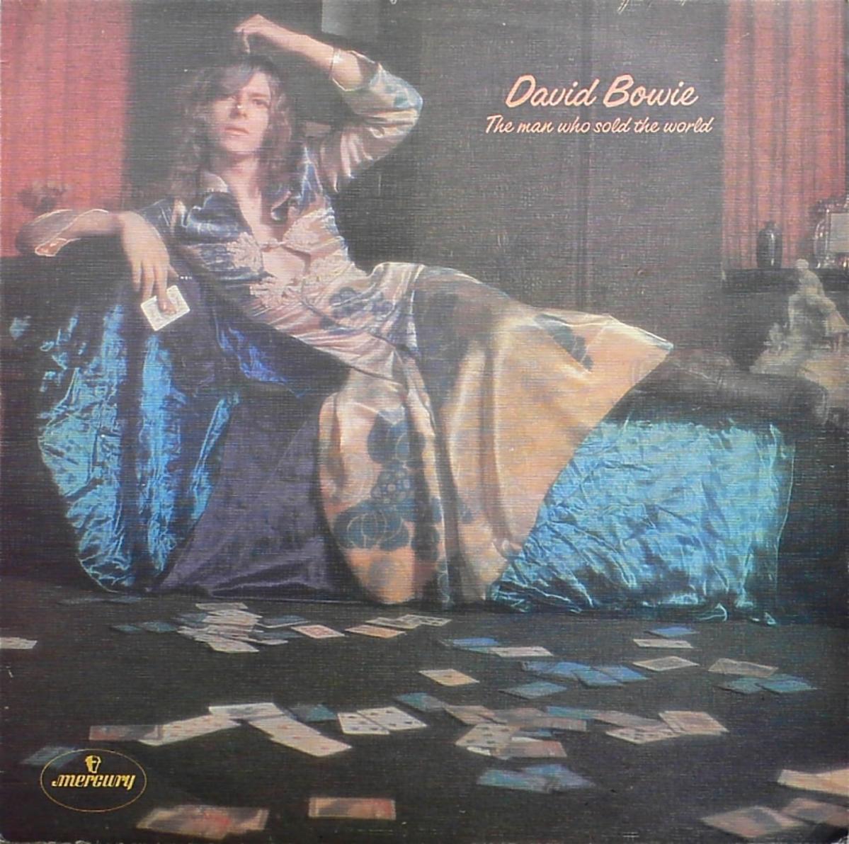 David Bowie na okładce płyty sfotografowany w sukience